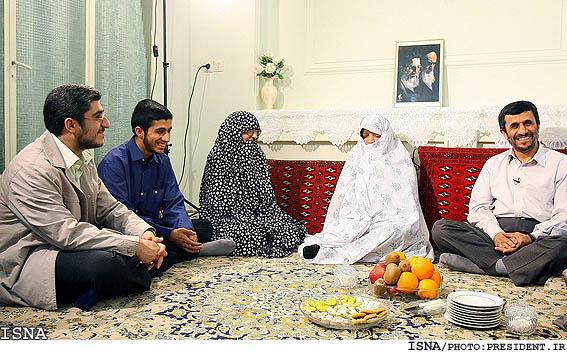 Ahmadinejad menjamu tamu di rumahnya yang sederhana