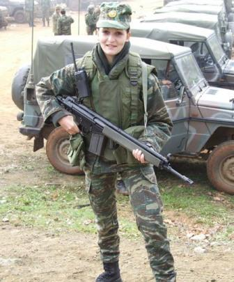 Asyik juga membandingkan pose tentara wanita sedunia